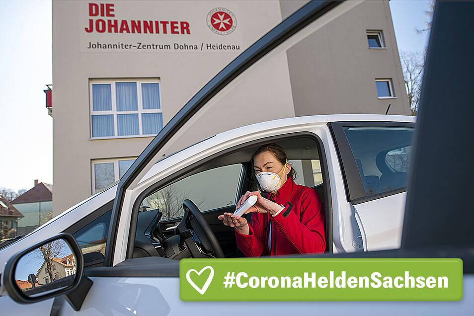 Maria Vater, Einsatzkoordinatorin bei den Johannitern in Heidenau, bereitet sich auf Ihren Einsatz vor