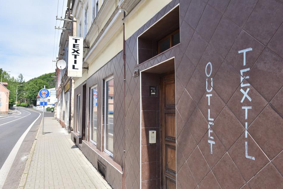 Dieser Laden sieht aus, als hätte er erst kürzlich geschlossen. Viele andere Geschäfte auf der Ruska stehen offensichtlich schon seit langer Zeit leer.