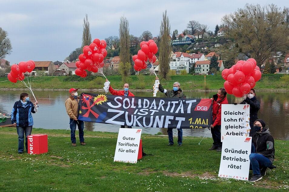 """Gewerkschaftsaktion am 1. Mai am Pirnaer Elbufer. """"Tariflöhne fallen nicht vom Himmel."""""""