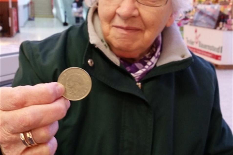 Renate Raupach aus Dürrhennersdorf mit einem 20-DDR-Mark-Stück. Foto: abl