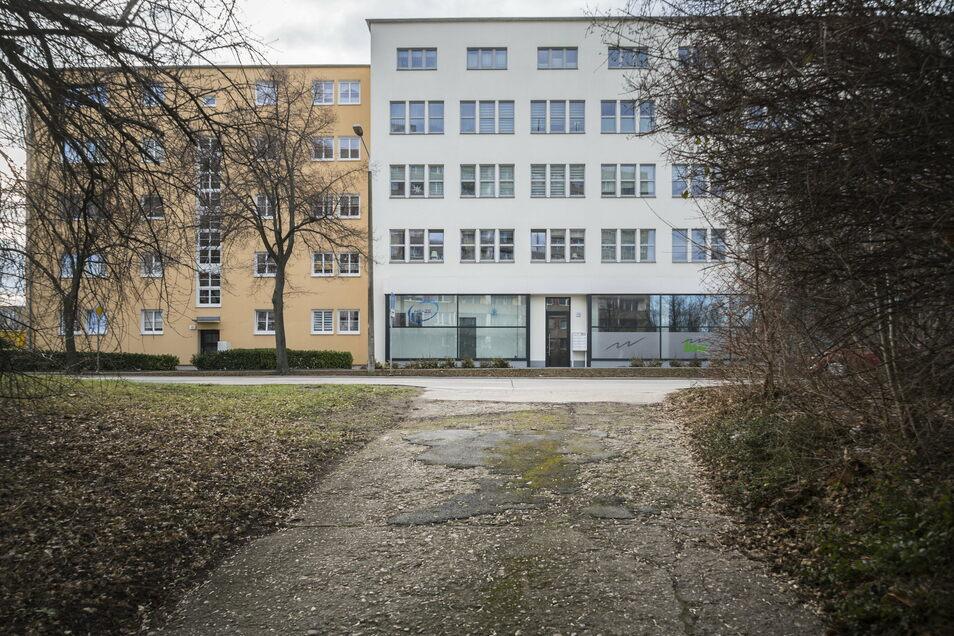 Die Zufahrt zum Bunker an der Breitscheidstraße. Gegenüber: das Volkshaus.
