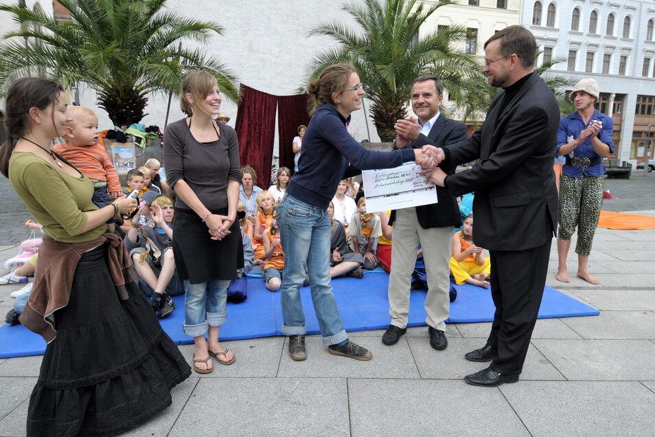 Bürgermeister und Stiftungsmitglied Michael Wieler übergab 2009 einen Scheck der Veolia-Stiftung an das Görlitzer Cyrkus-Projekt.