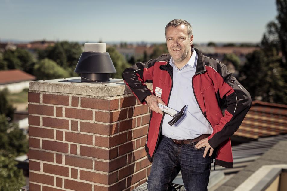 Jörg Dittrich steigt nicht nur von Berufs wegen anderen aufs Dach. Der Präsident der Dresdner Handwerkskammer zeigt auch der Politik, wo der Hammer hängt. Der Dachdeckermeister führt den eigenen Betrieb in 4. Generation und hat 60 Mitarbeiter.