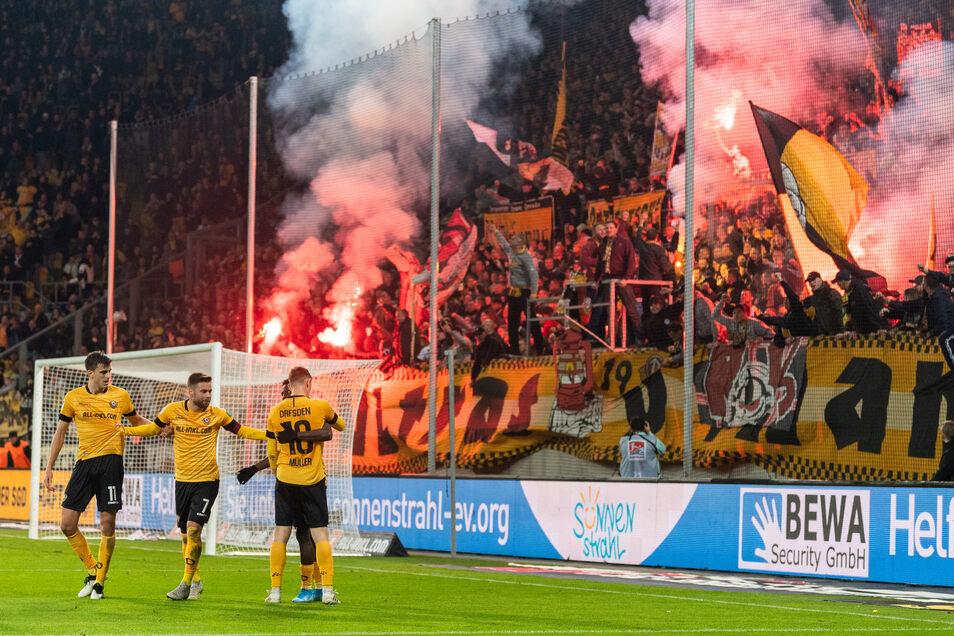 Unmittelbar nach dem Tor von Alexander Jeremejeff (l.) gegen Wiesbaden wurden im K-Block bengalische Feuer gezündet, ein Böller explodierte auf dem Spielfeld.