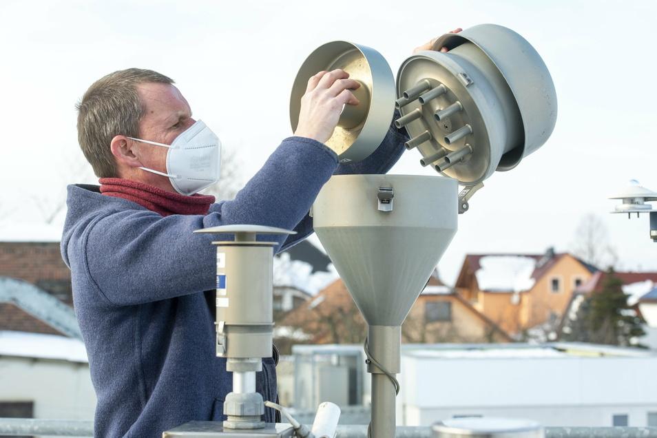 Kontrolle am Vorscheider für Feinstaub - Holm Kühne, Bereichsleiter des Fachbereiches Immissionsmessung beim Landesamt für Umwelt, Landwirtschaft und Geologie in Radebeul-Wahnsdorf.