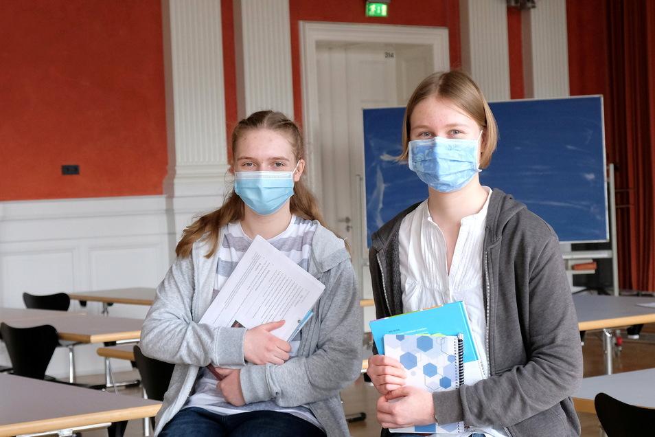 """Stauforscherinnen: Sophie Becker (l.) und Ella Kusche haben sich erfolgreich am Landeswettbewerb """"Schüler experimentieren"""" beteiligt."""