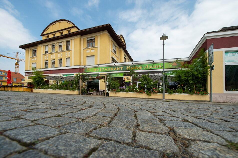 Heute ein asiatisches Restaurant, befand sich hier ab 1914 das Kaufhaus eines jüdischen Kaufmanns, dem mit einem Stolperstein gedacht werden soll.