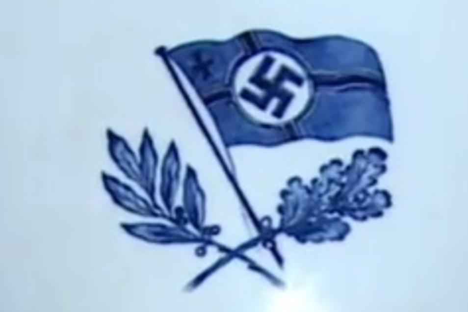Die Rückseite der Vase aus Meissener Porzellan zeigt die Reichskriegsflagge mit Hakenkreuz. Derart eindeutige Symbole des Dritten Reiches wurden sonst auf Meissener Produkten eher vermieden.
