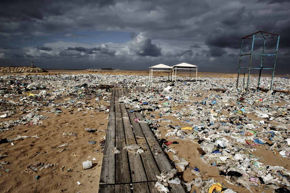 Libanon, Keserwan: Plastikmüll liegt an einem Strand am Mittelmeer nördlich von Beirut. Der Müll wurde durch stark windiges Wetter hier angeschwemmt.