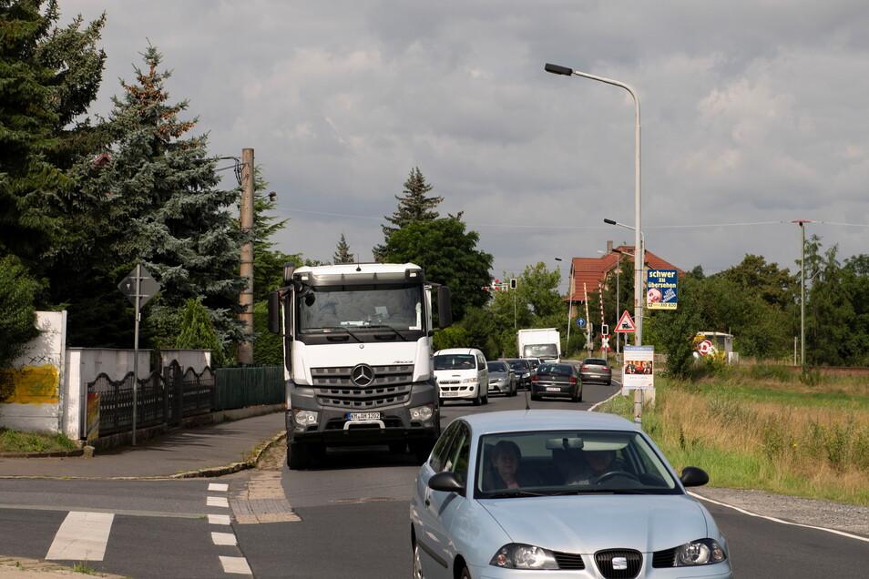 Noch gut in Erinnerung: der Stau auf der Riesaer Straße durch die Umleitung von der B 98. Wie künftig geeignete Lösungen zur Führung des Verkehrs aussehen sollen, wird momentan erarbeitet.