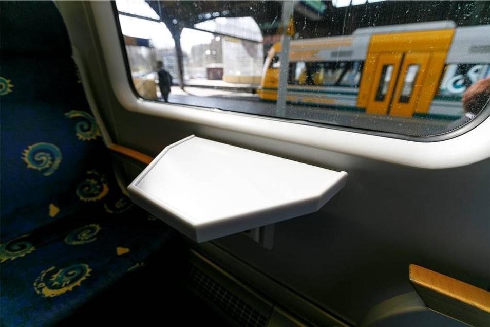 An den Sitzplätzen sind Tischer vorhanden.