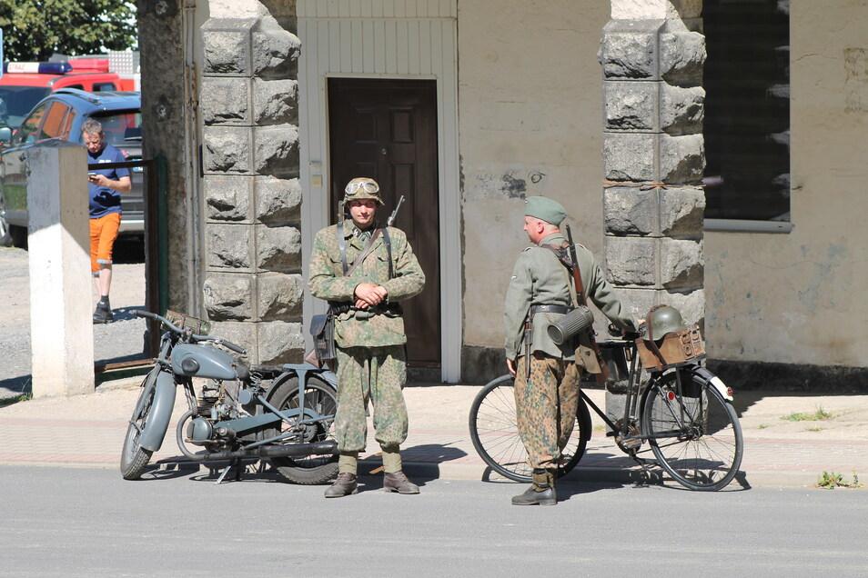 Um die Zeit um 1945 echt darzustellen, wurden die Komparsen in alte Uniformen gesteckt.