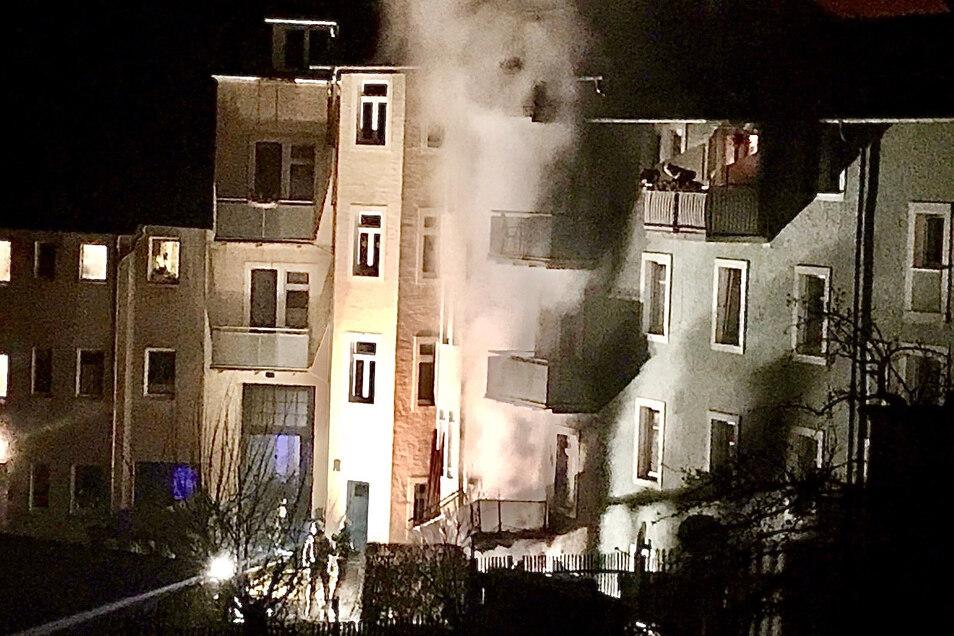 Silvesterraketen haben diesen Brand an der Bahnhofstraße in Dipps ausgelöst. Hätte die Feuerwehr früher alarmiert werden können?