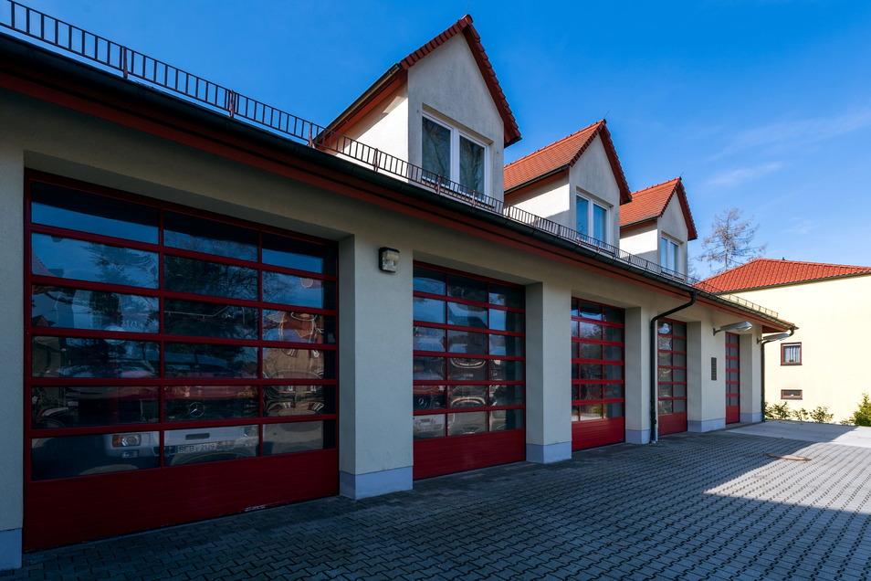 Zuwachs für das Feuerwehrgerätehaus in Neustadt. Das neue Tanklöschfahrzeug wird in wenigen Tagen hier einsatzbereit sein.