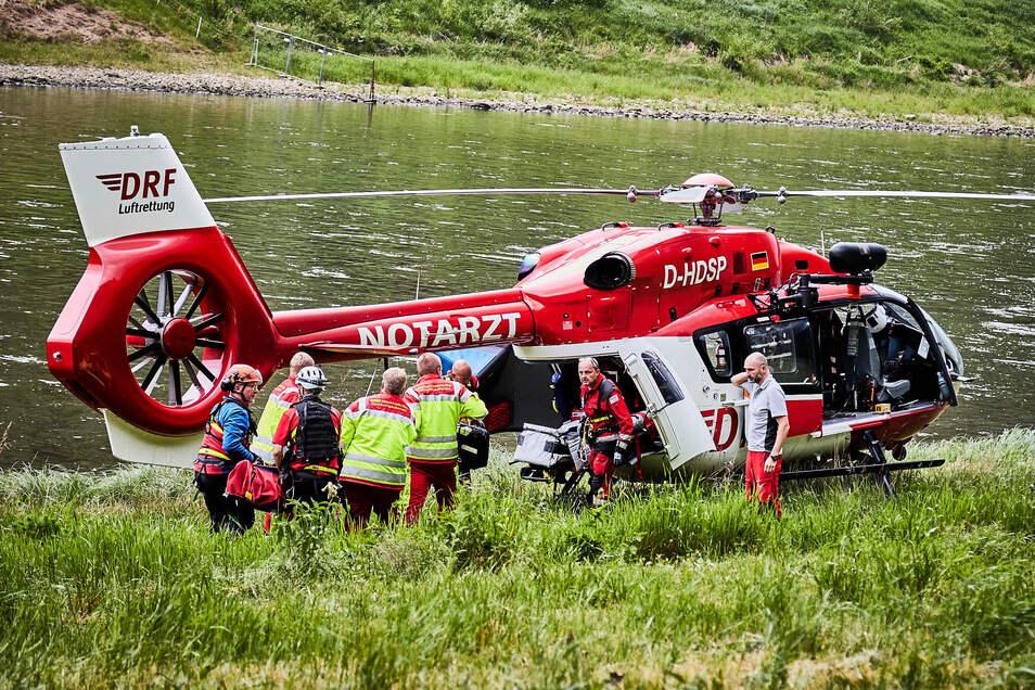 Der Rettungshubschrauber landete auf den Elbwiesen. Die Verletzte wurde nach Dresden geflogen.