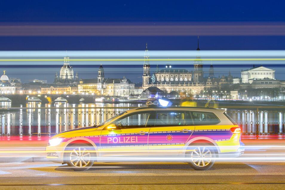 Polizisten kontrollieren am Montagabend auf der Marienbrücke vor der Altstadtkulisse die Einhaltung der Corona-Maßnahmen.