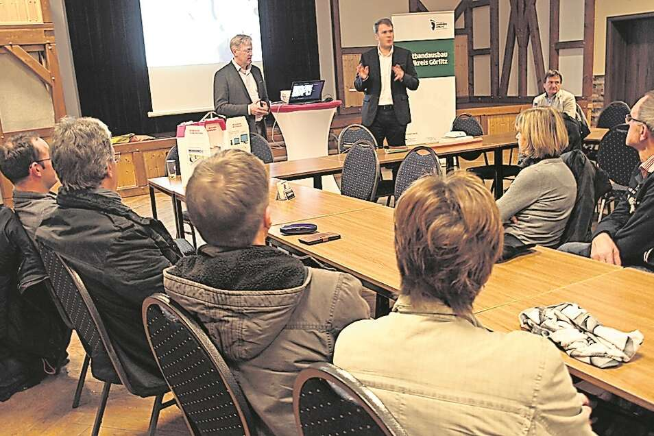 Kai Gärtner (rechts) und Dominik Rein erläuterten bei der Einwohnerversammlung in Sagar die Breitbandkampagne des Kreises und beantworteten Fragen.
