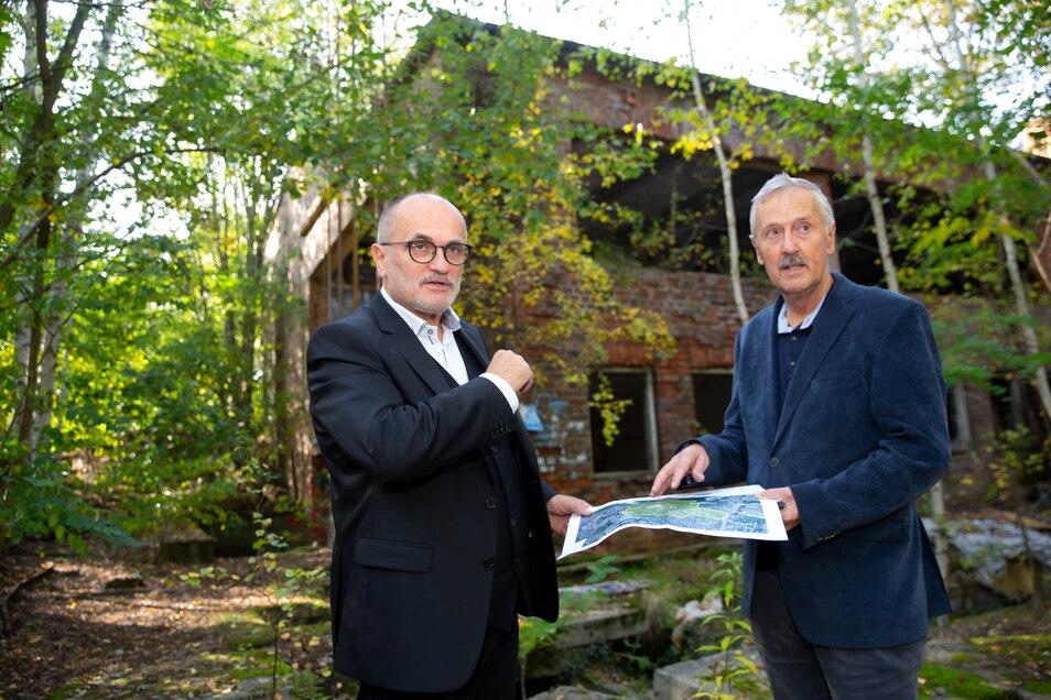 Der Kamenzer OB Roland Dantz (l.) setzt auf die Kohle-Milliarden, um zahlreiche Projekte zu verwirklichen. Dazu gehört die Wiederbelebung der Industriebrache des Glaswerkes, die Dantz und Bau-Sachgebietsleiter Frank Kunze im vorigen Jahr begutachteten.