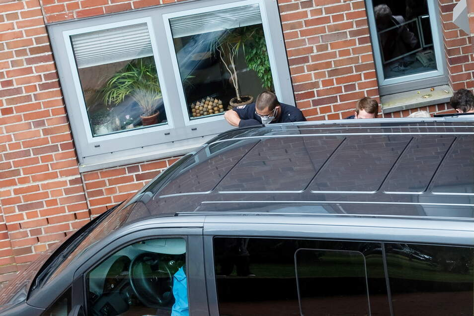 Itzehoe: Ein ziviles Polizeifahrzeug bringt die 96 Jahre alte Angeklagte zu einem Haftprüfungstermin an einen Nebeneingang des Landgerichts.