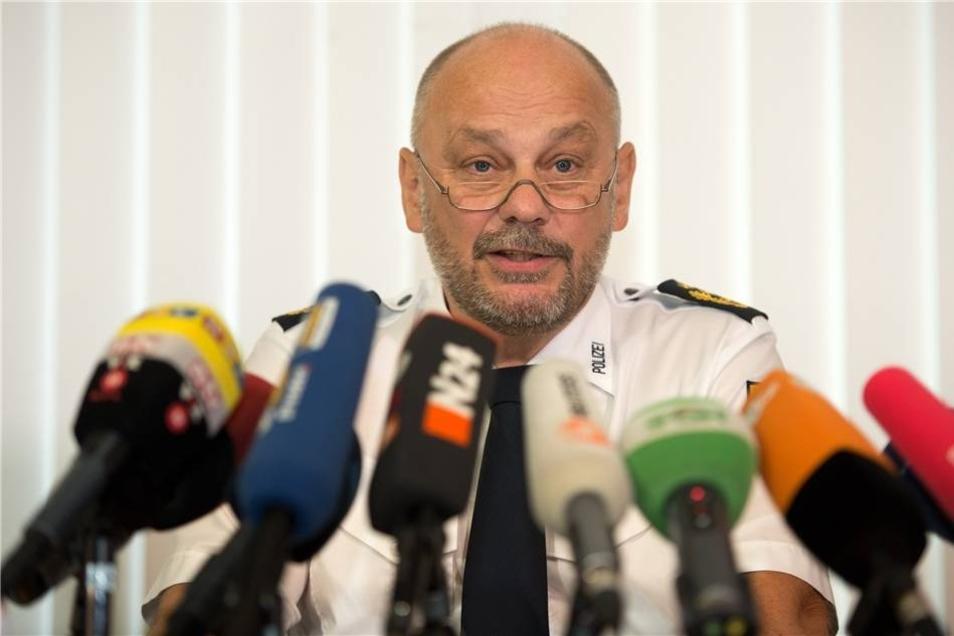 Polizeipräsident Dieter Kroll erläutert  Einzelheiten zum Fall.