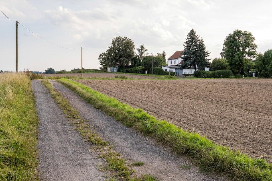 Das Haus von Sylke Bilz steht ganz allein zwischen Feldern. Nur ein Schotterweg führt dort hinauf.