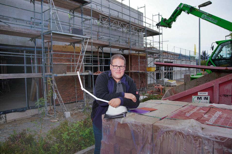 Florian Tebel leitet die Arbeiten am EKZ in Radeberg. Mit seinen 30 Jahren dürfte er einer der jüngsten Bauleiter in der Region sein. Die Eröffnung findet pünktlich am 5. November statt, verspricht er.