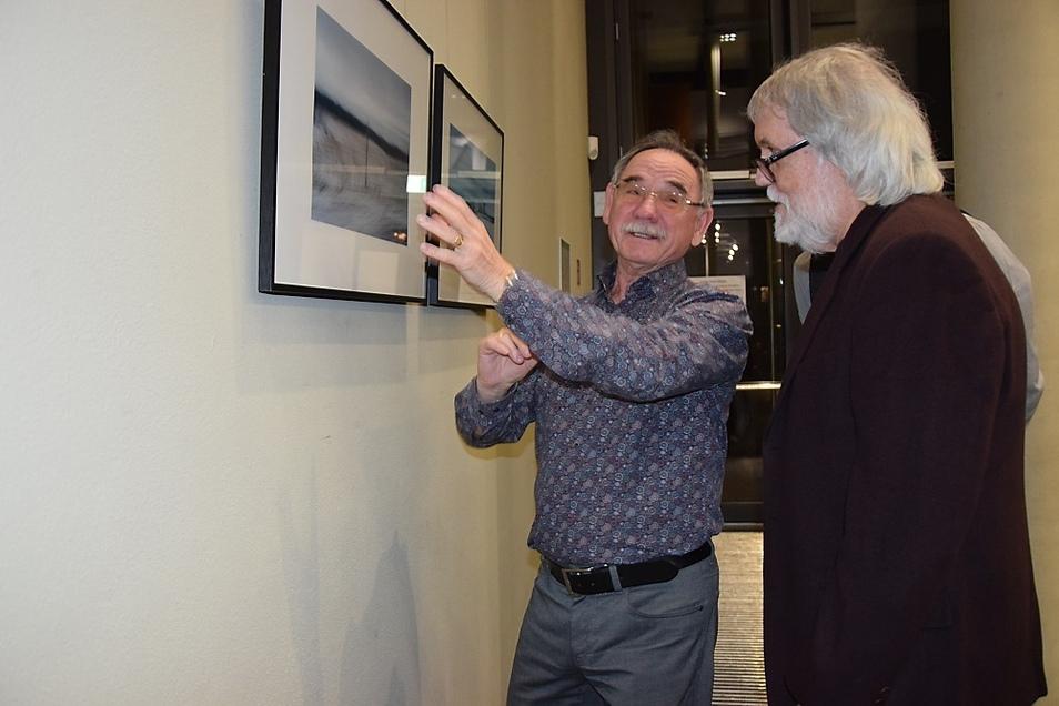 Der Kanadier Michael Matthews (rechts), der auch in Berlin lebt und gerade in Deutschland weilte, war zur Vernissage nach Hoyerswerda gekommen. Hier kam er mit Besuchern wie Erhard Hoysack ins Gespräch.