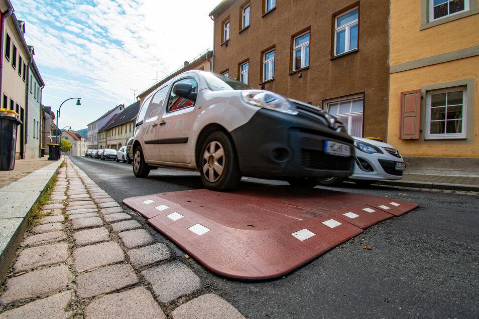 Berliner Kissen heißen die Schikanen, die auf der Nossener Straße in Roßwein zur Verkehrsberuhigung aufgebracht sind. Diese seien viel zu hoch und würden die Kraftfahrer viel zu stark ausbremsen. Diese Kritik musste sich die Verwaltung anhören.