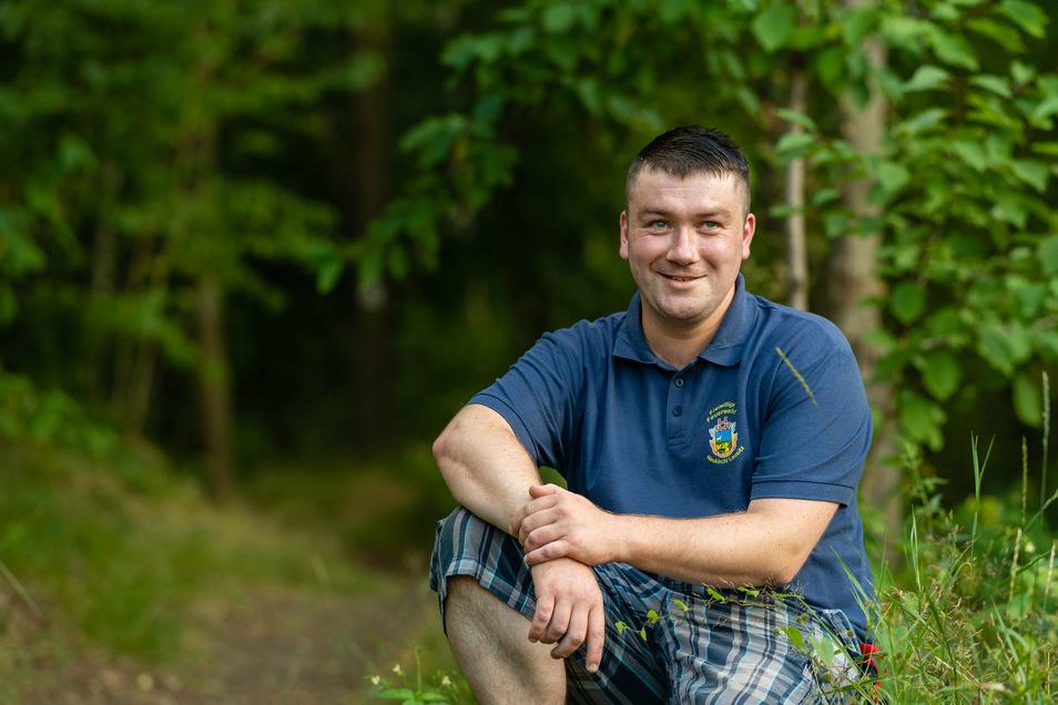 Daniel Dietze am Waldweg, der von der Waldsiedlung in Neukirch abzweigt. Rund 100 Meter entfernt fand er die vermisste Seniorin.