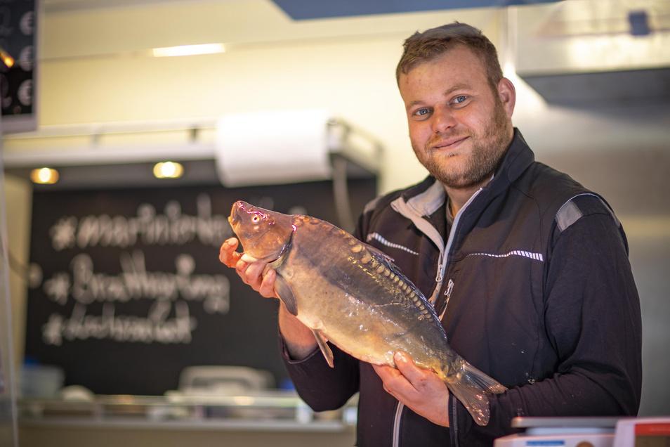 Darf es ein Karpfen sein? Kevin Hentschel hat vorigen Freitag auf Riesas Wochenmarkt Fische verkauft. Am Jahresende ist Fisch traditionell gefragt.