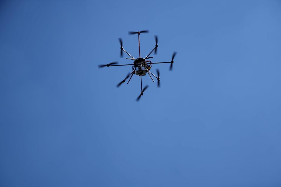 Mittels Wärmekamera misst die Drohne die Temperatur von Gebäuden.