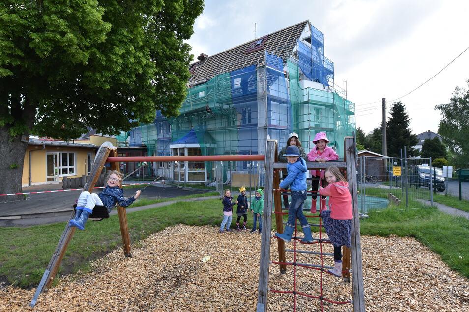 An Fassade und Dach der Kita Sonnenschein Haus II in Wilsdruff wird noch gearbeitet.
