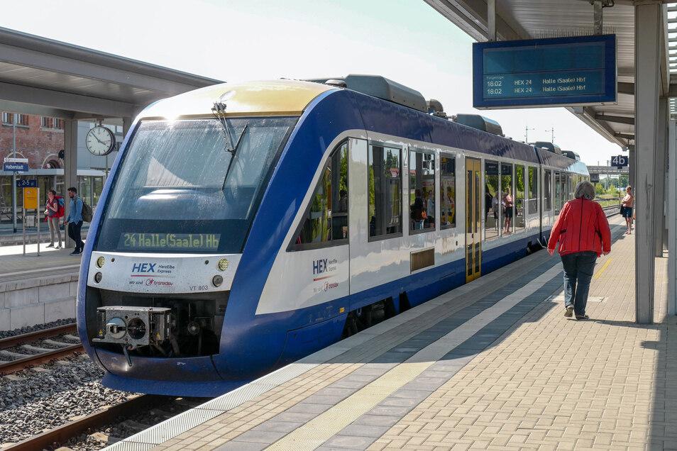 So könnten die neuen Transdev-Züge in Sachsen aussehen. Ein Zug des Unternehmens Transdev Sachsen-Anhalt GmbH, HEX (HarzElbeExpress), steht zur Abfahrt nach Halle bereit.