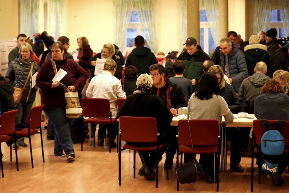 Großer Andrang im Bernstädter Stadthaus: Hunderte lassen sich am Dienstag für den krebskranken Ben typisieren.