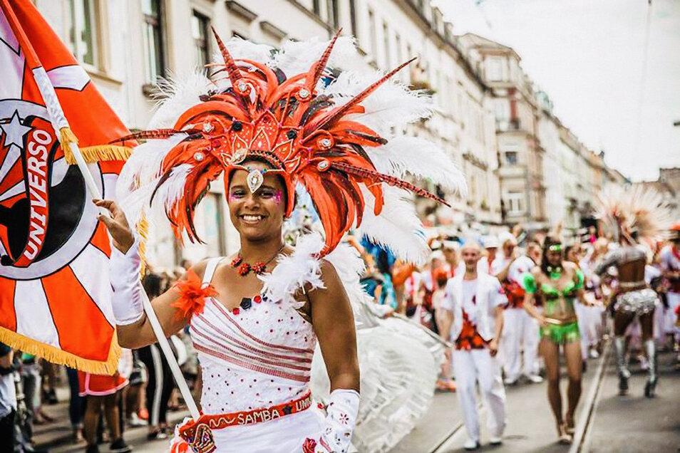 """Die in Dresden beheimateten Mitglieder von """"Samba Universo"""" zählen traditionell zu den Höhepunkten der Bunten Republik Neustadt. Sie engagieren sich weltweit für den Erhalt des Samba als Kulturgut."""