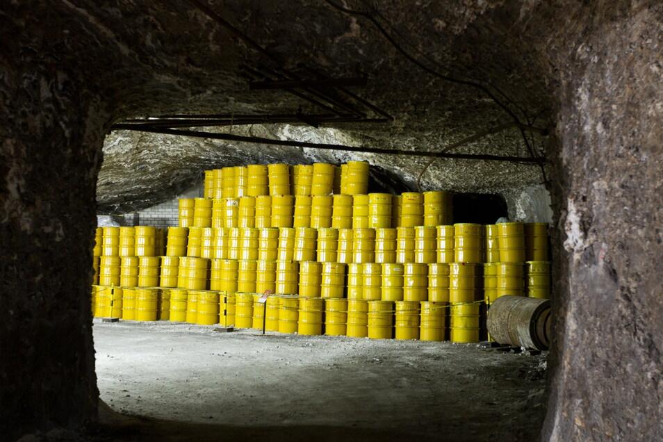 Gelbe Fässer für Atommüll stehen in einem Endlager (Archivbild). Eine Online-Diskussion zur Endlagersuche zieht derzeit Kritik nach sich.