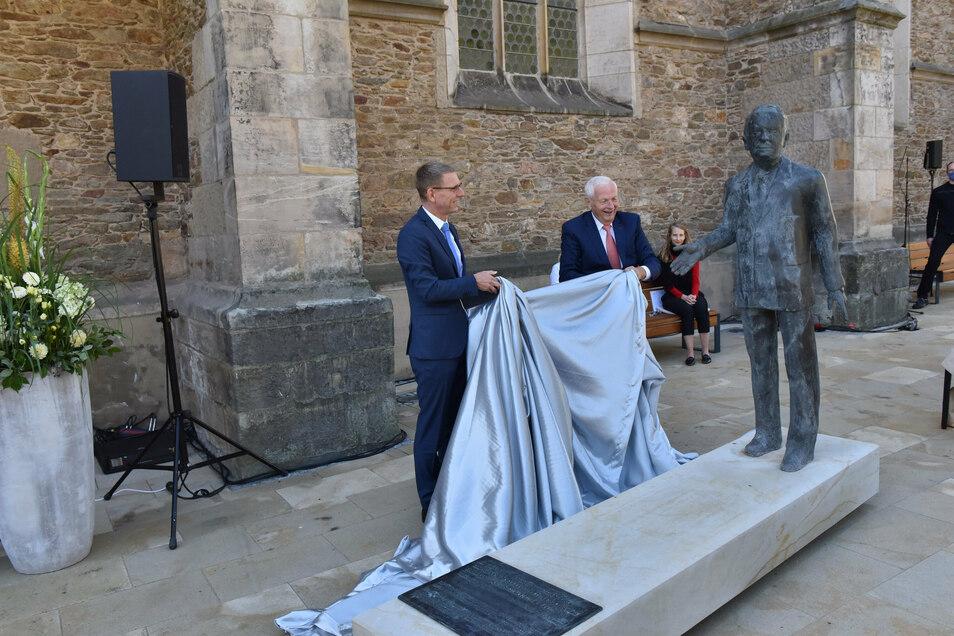 Bürgermeister Markus Dreßler und der frühere Geschäftsführer der Lange Uhren GmbH, Hartmut Knothe, enthüllten das Walter-Lange-Denkmal.