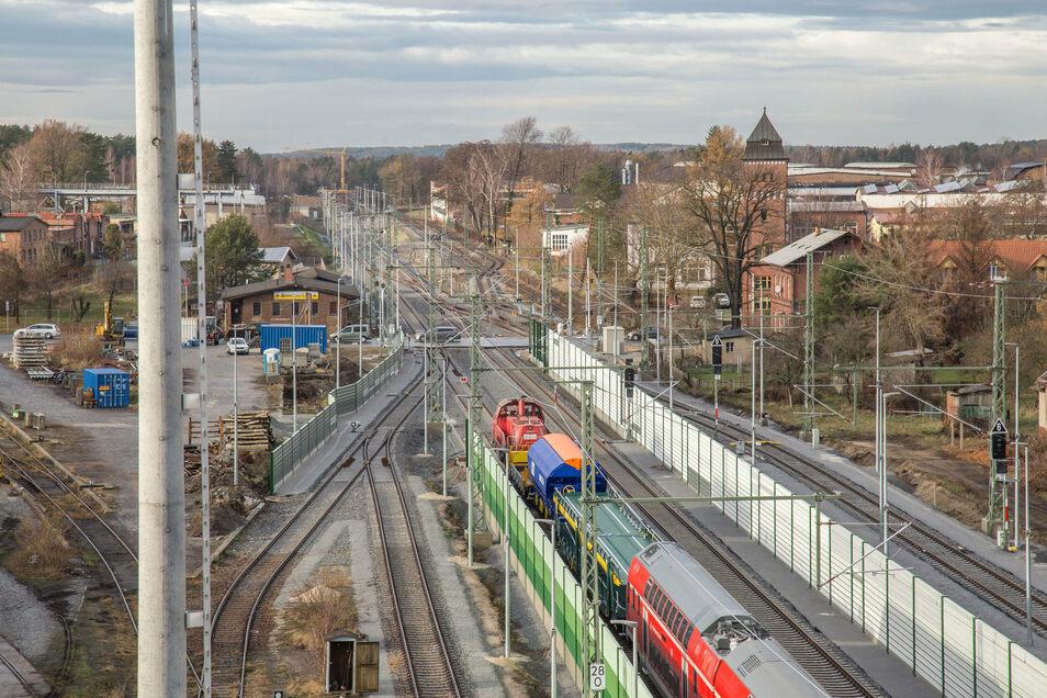 """Auch das Streckennetz am Nieskyer Bahnhof wurde in den vergangenen Jahren elektrifiziert. Ab Ende 2022 werden Bahnfahrer hier dann auf der """"digitalen Schiene"""" unterwegs sein."""