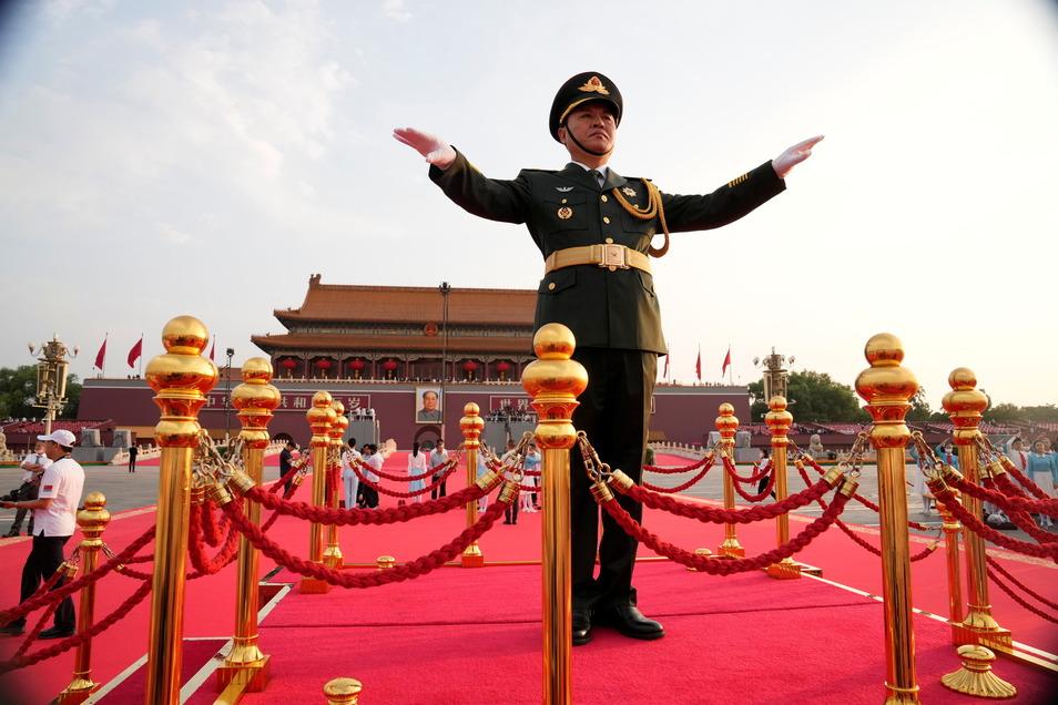 Ein militärischer Dirigent gibt Anweisungen.