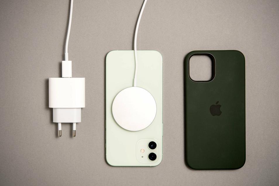 Das iPhone mit dem neuen Magsafe-Ladegerät.