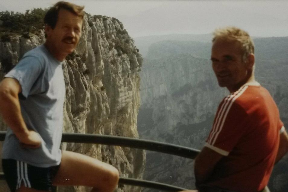 """Die Freunde und die Schlucht: Hartmut Ahlbrecht (l.) und Klaus Jäschke 1987 am Verdon-Canyon. Die Kante in der Bildmitte ist ihre Kletterroute, die """"La Demande""""."""