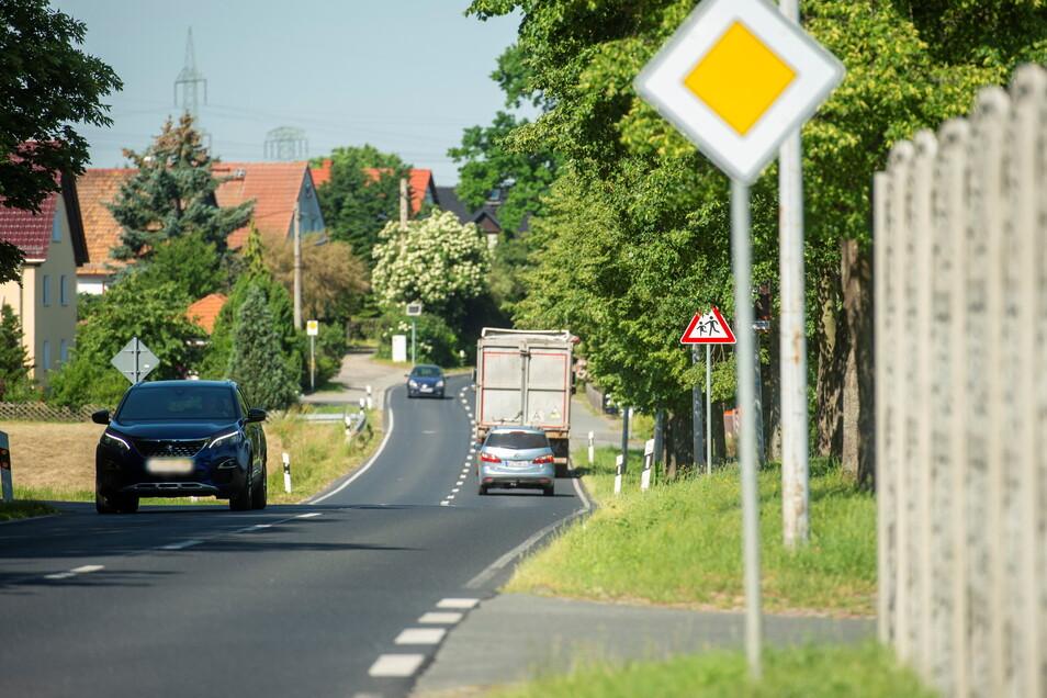 Ein Bild, das sich den Anwohnern der Riesaer Landstraße in Skassa täglich bietet: Fahrzeuge jeglicher Art bewegen sich durch den Ort. Nicht selten viel zu schnell.