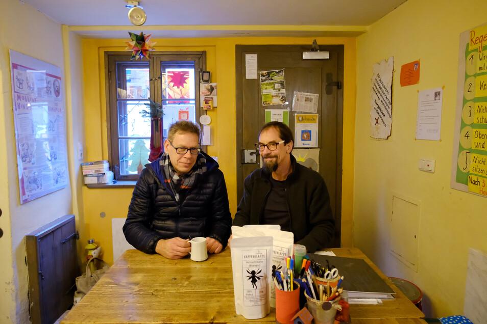 Der Inhaber der Kaffee-Klappe in Meißen, Marcus Tilpe (links), präsentiert Henry Höhne vom Schmalen Haus seinen besonderen Kaffee. Mit einem Teil des Erlöses unterstützt er die Arbeit des Vereins.