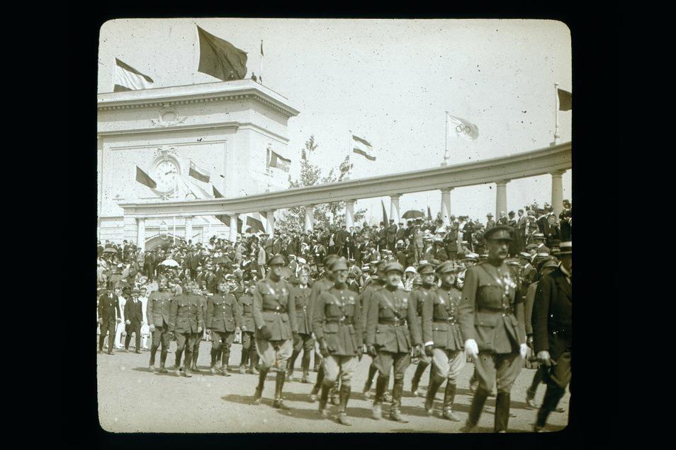 Was aussieht wie eine Militärparade, ist in Wirklichkeit der Einzug der Sportler aus den teilnehmenden Nationen ins Stadion der Olympischen Spiele 1920 in Antwerpen. Unmittelbar nach dem Ersten Weltkrieg war es fast ein Wunder, dass dieses Ereignis über