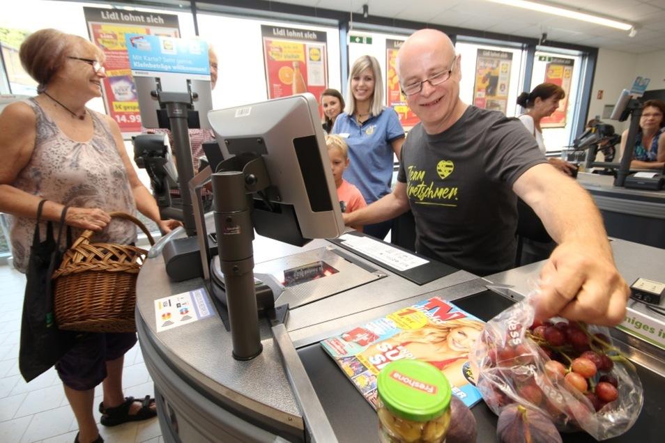 Bei der Wiedereröffnung des Lidl-Einkaufsmarktes in Bernsdorf kassierte Bürgermeister Harry Habel eine halbe Stunde lang die Kunden ab. Alle Einnahmen aus den von ihm gescannten Waren gingen als Spende an die Grundschule in Bernsdorf.
