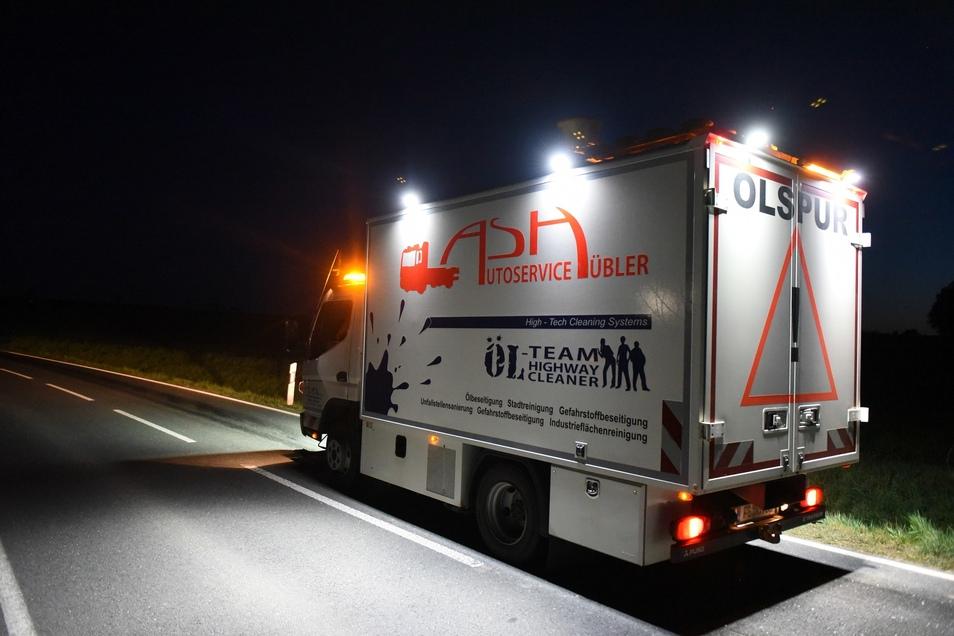 Ein Säuberungsfahrzeug der Firma Hübler kam zur Beseitigung der Ölspur auf der S 39 in Roßwein.