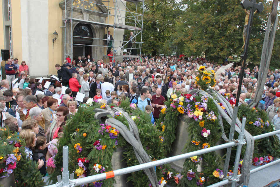 2 000 Menschen drängten sich zur Glockenweihe am 12. Oktober 2014 um die Neukircher Kirche, vor der die vier Bronzeglocken festlich geschmückt waren. Es ist eines von vielen Fotos in dem neuen Buch.