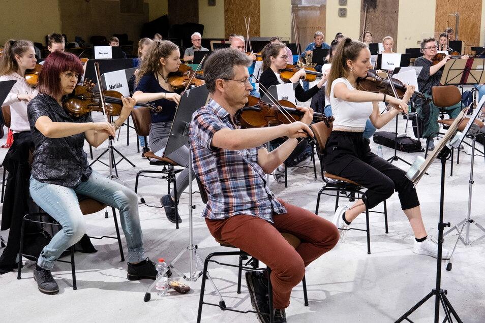 Musiker der Neuen Lausitzer Philharmonie haben gemeinsam mit Musikschülern im Juli in der Görlitzer Stadthalle geprobt und sind nun gemeinsam auf Konzertreise - auch in Zittau.