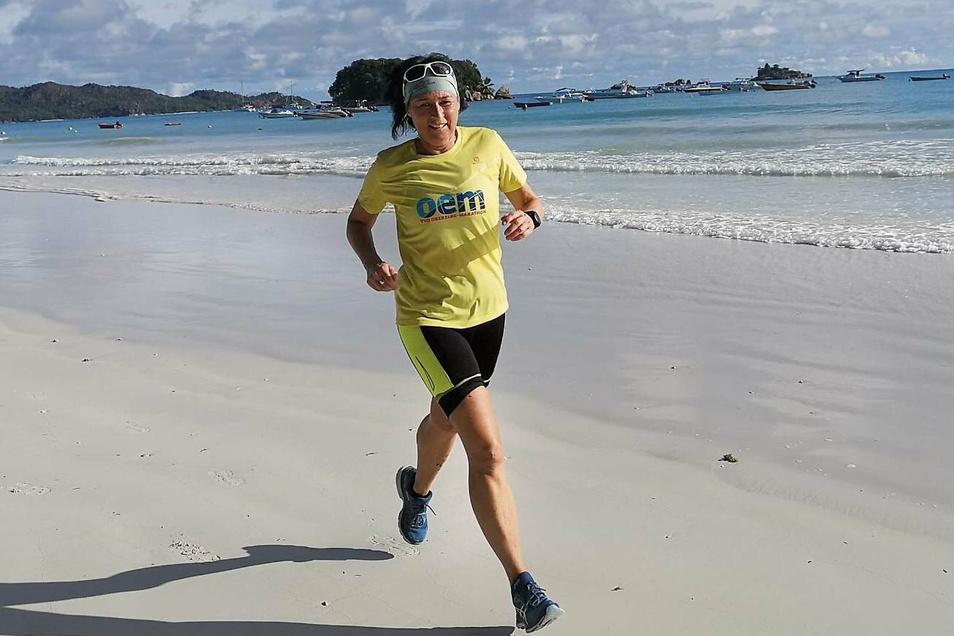 Für Kerstin Wonde aus Krauschwitz war die Teilnahme am diesjährigen Seychellen-Marathon der bisher schönste Marathon. Wegen der tollen Umgebung, wie sie sagt. Kurz nach ihrer Rückankunft ereilte Corona die Welt, legte auch die Sportwelt lahm.