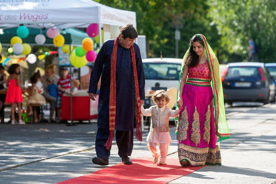 Noch einmal Verlobung: Jens Sommerfeldt mit seiner pakistanischen Frau Naima und ihrem Sohn Michael.